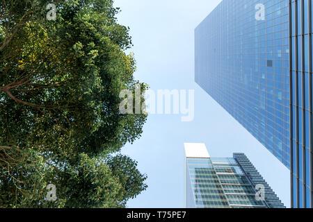 El paisaje en el centro de la ciudad, fondo comercial moderna. Un día soleado.
