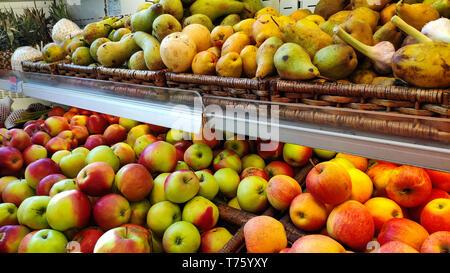 Frutas y vegetales orgánicos frescos en la estantería en el supermercado, mercado de los granjeros. La comida saludable. Vitaminas y minerales.
