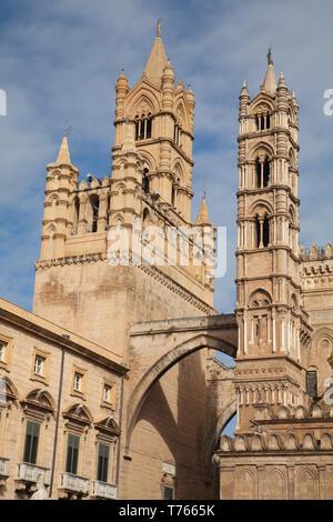 Vista de la torre de la campana y torre sudoeste, la catedral de Palermo, Palermo, Italia.