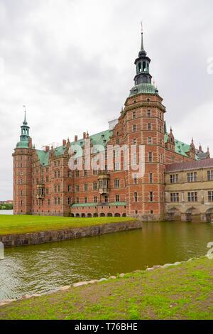 Vista del Castillo de Frederiksborg en Hellerod, Dinamarca. La fachada del Palacio Real de Frederiksborg Slot en estilo renacentista holandés en Hillerod. Vista exterior