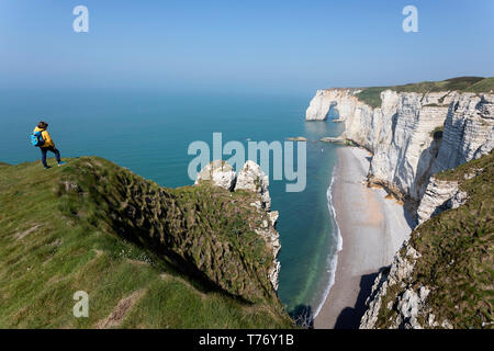 Francia, Normandía: Madre e hijo de pie sobre el césped cubierto de roca acantilados por encima del arco de Playa Etretat