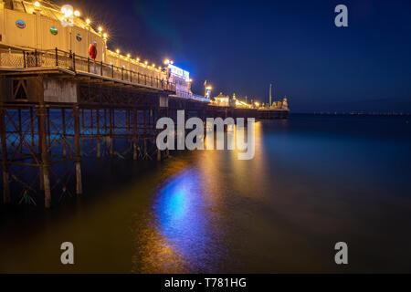 Pier luces reflejadas en el mar