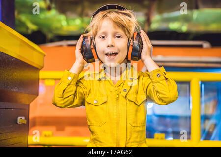 Boy operador operación de grabación de proceso de petróleo y gas en la plataforma y aceite vegetal, industrias del petróleo y el gas, el petróleo y el equipo de perforación en el mar, operador