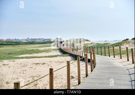 Footwalk de madera sobre las dunas en Portugal, cerca de la playa. Foto de stock