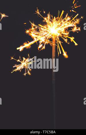Quema de bengala sobre fondo oscuro. Año Nuevo destellos luminosos con espacio de copia