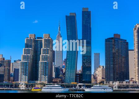 Vista desde el lado este río al edificio Empire State - Manhatten rascacielos de Nueva York, EE.UU.