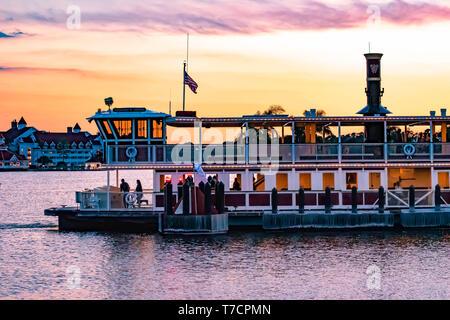 Orlando, Florida. El 23 de abril de 2019. Ferry de Disney y vista parcial del Grand Floridian Resort & Spa en sunset antecedentes en Walt Disney World area
