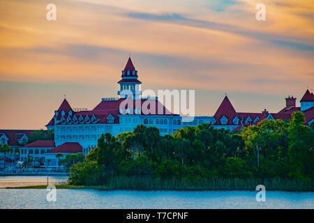 Orlando, Florida. El 23 de abril de 2019. Disney's Grand Floridian Resort & Spa en el hermoso atardecer antecedentes en el área de Walt Disney World (4)