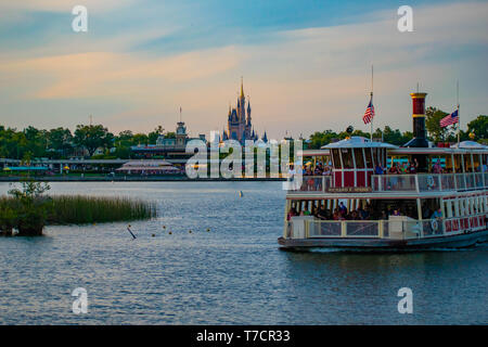 Orlando, Florida. El 23 de abril de 2019. Vista parcial de el Castillo de Cenicienta y Disney en barco colorido atardecer bakcground en Walt Disney World area