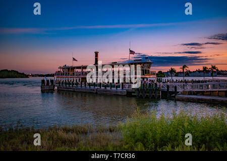 Orlando, Florida. El 23 de abril de 2019. La gente de embarque Ferry boat de Disney en colorido atardecer antecedentes en el área de Walt Disney World.