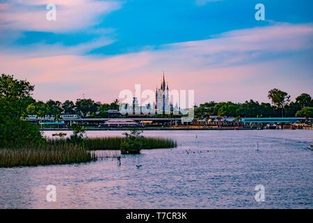Orlando, Florida. El 23 de abril de 2019. Taxi acuático y vistas panorámicas de Cinderella's Castle y la estación de tren vintage en Magic Kingdom en Walt Disney World