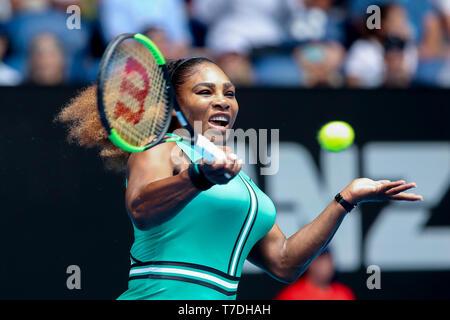La tenista estadounidense Serena Williams jugando forehand shot en el Abierto de Australia 2019, torneo de tenis de Melbourne Park, Melbourne, Victoria, Australia