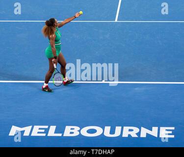 La tenista estadounidense Serena Williams sirve en el Abierto de Australia 2019, torneo de tenis de Melbourne Park, Melbourne, Victoria, Australia