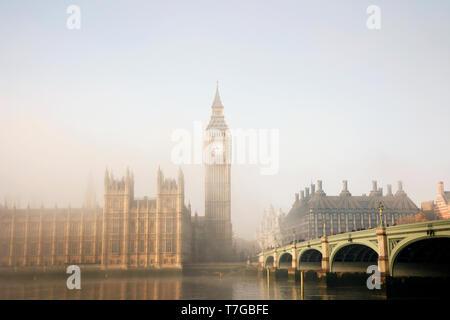 Palacio de Westminster y el puente de Westminster en niebla visto desde la orilla sur