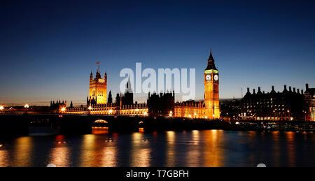 Vista nocturna del Palacio de Westminster más espectacular cielo azul visto desde la orilla sur. El Big Ben, Westminster Bridge y el agua reflejo de luz iluminada