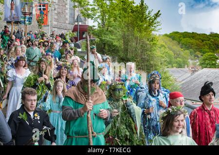 """Helston, Cornualles, en el Reino Unido. 8 de mayo de 2019. Flora Helston día festival anual de primavera. Visto aquí los participantes del 'Hal-An-Tow"""". De Robin Hood y Little John, San Jorge y el Dragón, San Miguel y el Diablo a los españoles de Mousehole reinact, todas las batallas de 'buena derrotar el mal''drive el viejo y damos la bienvenida a la nueva"""". Simon crédito Maycock / Alamy Live News."""