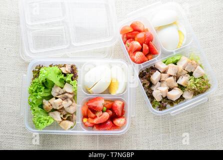 Estilo moderno alimentos limpios, huevo cocido, pollo asado y aguacate, fresa, ensalada de verduras Foto de stock