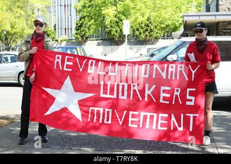 """Las personas con un cartel que dice """"Movimiento Obrero Revolucionario' en un mitin durante un profesor Walkout en Eugene, Oregon, USA."""