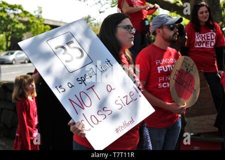 Los educadores y simpatizantes se reúnen para un rallye durante un profesor Walkout en Eugene, Oregon, USA.