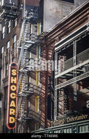 Nueva York, Estados Unidos - 24 de febrero de 2018: El signo exterior del hotel Shocard en Times Square en Nueva York