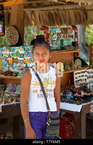 Pueblo de Guatemala; Guatemala adolescente - adolescente indígena vendiendo mercancías desde su puesto en el mercado, Guatemala, América Central