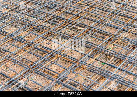 Rejilla de acero oxidado erosionados construcción en piso Foto de stock