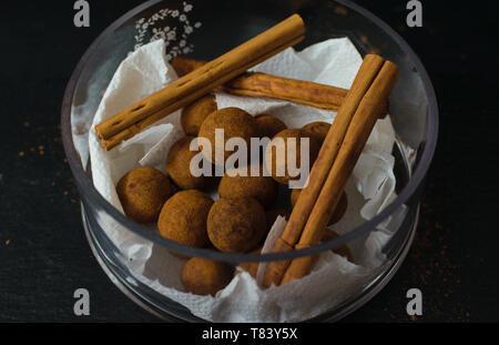 Bolas de chocolate de canela. La tentación de alimentos. Un delicioso regalo para los amantes de bombones