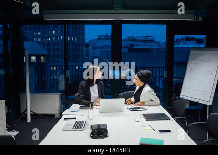 La empresaria tiene el debate durante la reunión de mesa de conferencia