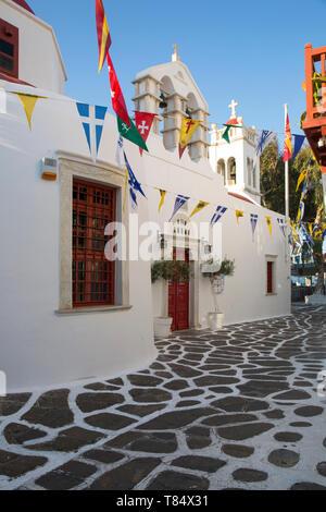 La ciudad de Mykonos, Mykonos, en el sur del Mar Egeo, en Grecia. Encalada fachada de la iglesia de Zoodochos Pigi.