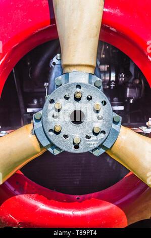 Cerrar vista frontal detalle de vintage rojo biplano, el motor propulsor de la brida de montaje y tornillos. Foto de stock