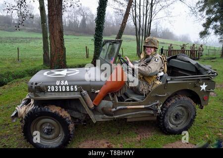Francia, Eure, Sainte Colombe prÚs Vernon, aliada de la reconstitución Group (EE.UU. Guerra Mundial 2 y francés Maquis reconstrucción histórica Association), reenactor en uniforme de la 101ª División Aerotransportada estadounidense en la conducción de un jeep Willys