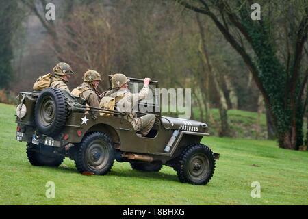Francia, Eure, Sainte Colombe prÚs Vernon, aliada de la reconstitución Group (EE.UU. Guerra Mundial 2 y francés Maquis reconstrucción histórica Association), recreadores en uniforme de la 101ª División Aerotransportada estadounidense avanza en un jeep Willys