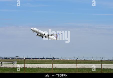 Chicago, Illinois, Estados Unidos. Un United Airlines B737-924 aeronaves jet elevando su tren de aterrizaje al despegar del Aeropuerto Internacional O'Hare.