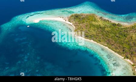 Seascape antena isla tropical con barra de arena, agua de color turquesa y arrecifes de coral. Ditaytayan, Palawan, Filipinas. Los barcos turísticos de playa tropical. Viajes concepto tropical. En Palawan, Filipinas