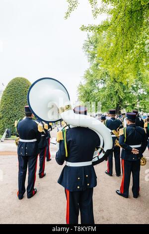 Estrasburgo, Francia - 8 de mayo de 2017: Ceremonia conmemorativa de los aliados occidentales de la Segunda Guerra Mundial victoria armisticio en Europa marcando el 72º aniversario de la victoria - jugar big brass tuba Foto de stock