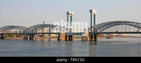 San Petersburgo, Rusia - Abril 26, 2019: Vista panorámica del río Neva y el puente de ferrocarril de Finlandia