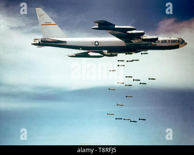 """La Fuerza Aérea de EE.UU. Boeing B-52F-70-BW Stratofortress (s/n 57-0162, apodado 'Casper el fantasma amistoso"""") a partir de la 320ª Ala de bombas cayendo Mk 117 750 lb (340 kg) bombas sobre Vietnam."""