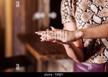 Cerrar foto de manos de mujer de aplicar la crema de manos. Cuidados de la piel, cuidado del cuerpo, productos de belleza, spa, concepto de cuidado del cabello.