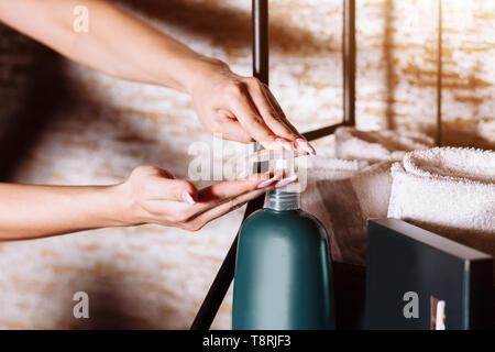 Aplicar una loción humectante femenino, crema corporal después del baño. Cuidado de la piel, cuidado del cuerpo, productos de belleza, concepto. Cerca, las manos saludables.