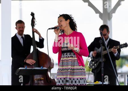 Musica en vivo en el escenario por instrumentistas' group & cantante cantando en el micrófono - RHS Chatsworth Flower Show, Derbyshire, Inglaterra, Reino Unido.