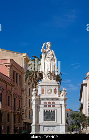 Estatua de Leonor de Arborea, la plaza Eleonora d'Arborea, Oristano, Cerdeña, Italia