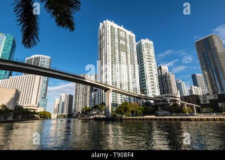 Miami, FL, EEUU - Abril 19, 2019: Vista del centro financiero y de edificios residenciales y Brickell Key en un día de primavera con el cielo azul y aguas verdes