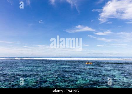 Familia haciendo kayak acuáticas en clara agua del océano pacífico en el arrecife en una isla tropical, Samoa, la Polinesia.