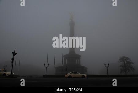 Berlín, Alemania. 17 de mayo de 2019. Una espesa niebla envuelve a la columna de la victoria del mañana. Crédito: Paul Zinken/dpa/Alamy Live News