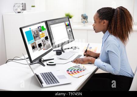 Las hembras jóvenes Designer Edición de fotos en el equipo de Office