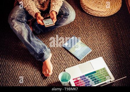 Por encima de la vista de primer plano de personas relacionadas con la tecnología y el trabajo - Mujer mediante teléfono móvil social media - Libro de papel en el suelo y moderno equipo portátil -