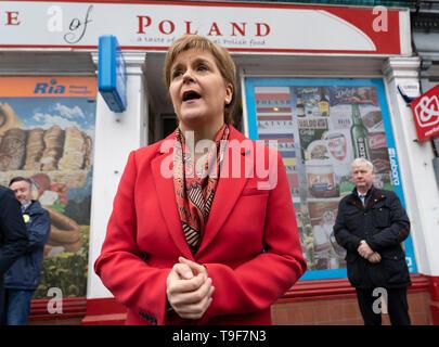 Edimburgo, Escocia, Reino Unido. 18 de mayo de 2019. El Primer Ministro de Escocia, Nicola Sturgeon campañas junto con plomo SNP candidato europeo Alyn Smith en Leith Walk en Edimburgo. Esturión polaco también visitó una tienda de comestibles cerca. Crédito: Iain Masterton/Alamy Live News Foto de stock