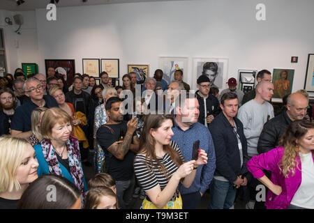 """46 artistas ponen sus trabajos en la línea de la caridad como parte de una exposición titulada Facevalue bold3. La mitad de los artistas que han donado obra mientras que la otra mitad han manipulado estas piezas donadas. FaceValue3 incluye artistas como Gary Hume, Rankin, Sarah Maple, encantador Baker, Dan Baldwin, Fanakapan, Jessica Albarn, Hayden Kays, Sara Papa, Patrick Hughes, y mucho más. Curador y artista Gary Mansfield dijo que """"esta exposición es una manera de explorar las vulnerabilidades humanas y ver cómo los artistas reaccionan a que alguien tome el control de su trabajo. Tenemos algunas interesantes colaboraciones de ir o Foto de stock"""