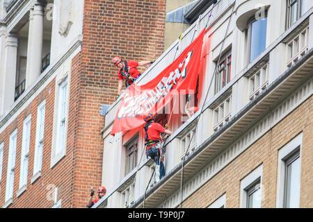 Londres, Reino Unido. 20 de mayo de 2019. Greenpeace activistas climáticos absail de BP - British Petroleum sede en Londres para protestar en contra de BP en la exploración petrolera y el impacto global del cambio climático: amer ghazzal crédito/Alamy Live News Foto de stock