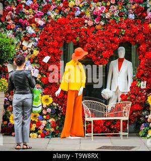 Belgravia, Londres, Reino Unido, 20 de mayo de 2019. Las personas tomar capturas de la pantalla. El Hari Hotel ha creado un espectacular arreglo floral en forma de corazón con 60 figuras inspiradas y un sofá de dos plazas, que es popular entre los transeúntes tomando fotos. Crédito: Imageplotter/Alamy Live News Foto de stock
